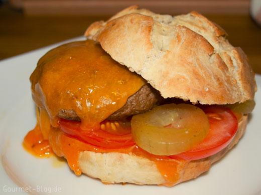 Rinderburger mit Cheddarkäse und Senfgurken