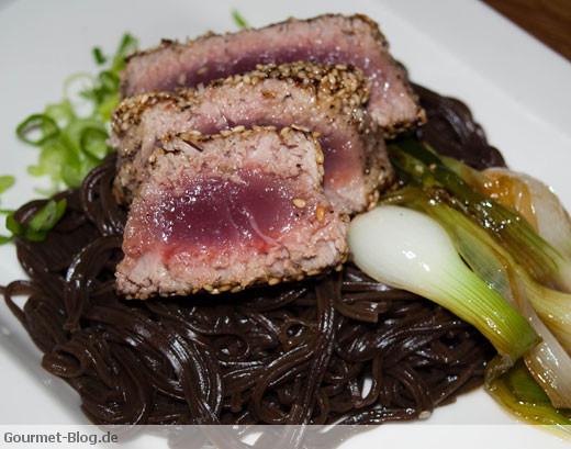 Thunfisch in Sesamkruste mit japanischen Sofanudeln und Lauch