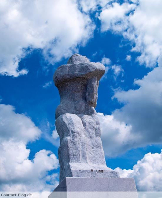 grose-stehende-statue-warnemuende-mole-seemanns-frau