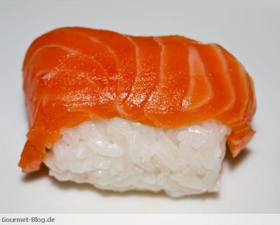 nigiri sushi mit lachs thunfisch jakobsmuschel kaviar und unagi. Black Bedroom Furniture Sets. Home Design Ideas