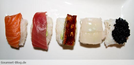 Nigiri Sushi mit Lachs, Thunfisch, Jakobsmuschel, Kaviar und