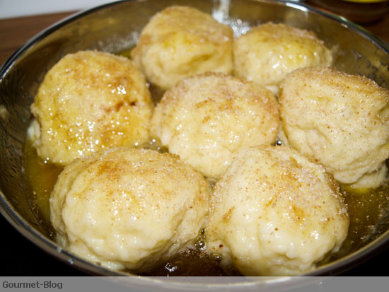 marillenknodel-in-butter-semmelbrosel-schwenken