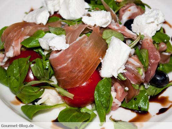 salat-mit-parmaschinken-feldsalat-cherrytomaten-ziegenfrischkaese