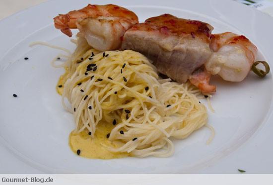 spiess-vom-yellow-finn-thunfisch-und-scampi-mit-kokosschaum-sesam-spaghetti