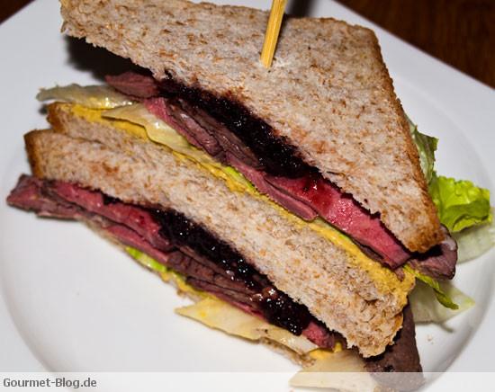 sandwich-mit-rehruecken-salat-dijonsenf-und-wilden-preiselbeeren