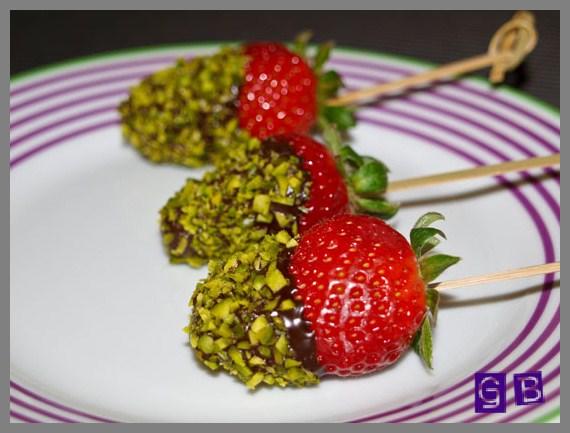 rezept erdbeeren mit schokolade und pistaziensplitter. Black Bedroom Furniture Sets. Home Design Ideas
