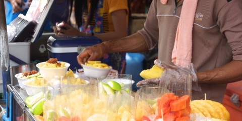 Reife und leckere Früchte und Ananas in Thailand