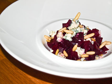 rezept rote bete salat mit roquefort und pinienkernen. Black Bedroom Furniture Sets. Home Design Ideas