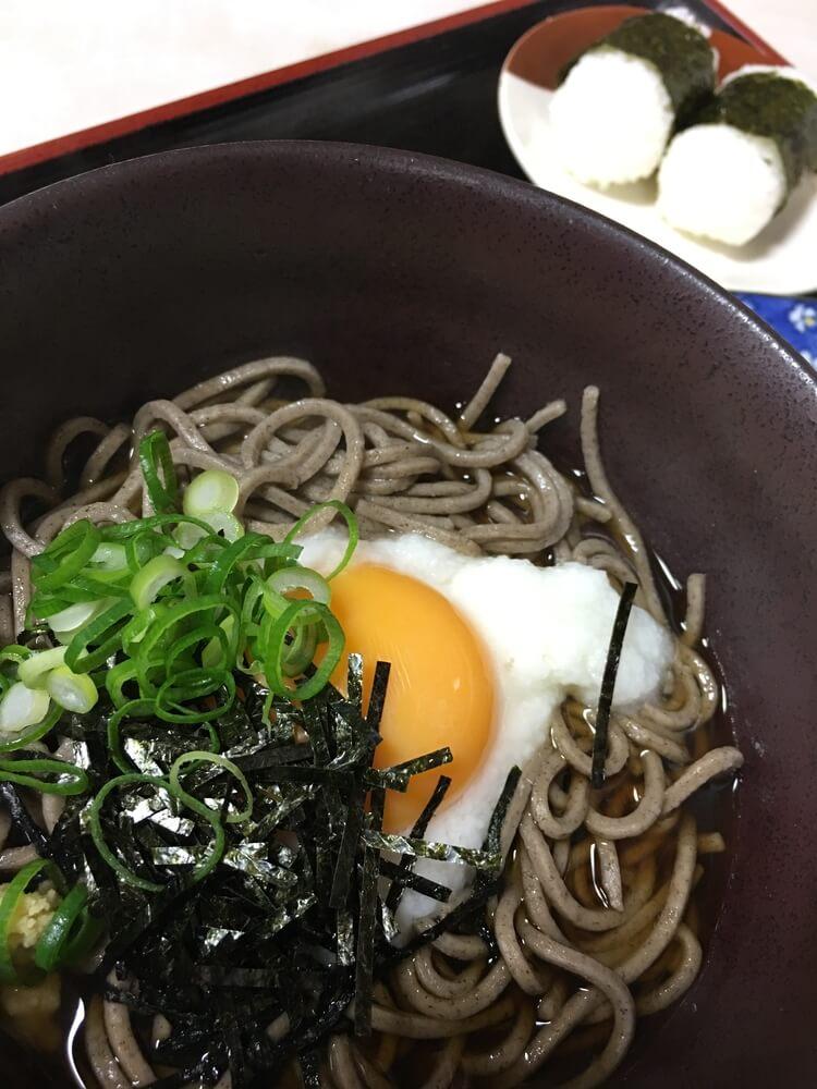 Onsen Ei mit japanischen Sobanudeln