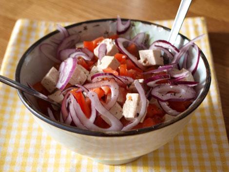 tomatensalat-tofu-rote-zwiebeln
