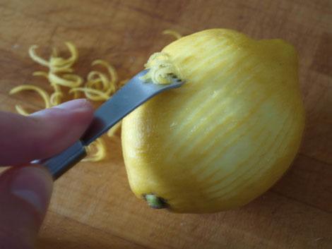 Zitronenzesten mit dem Zestenreißer herstellen