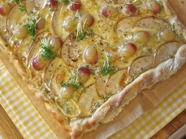 Pizza mit Trauben und Fourme d'Ambert, Nashibirne und Kresse!