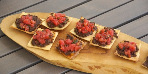 chips mit marinierten Tomaten und Oliventapenade