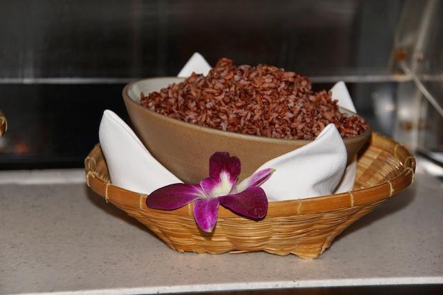 Brauner Reis bester Qualität gibt es zu den Gerichten im Restaurant