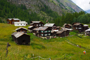 Malerische alte Dörfer säumen den Weg