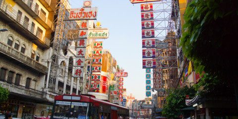Viel Reklame in Chinatown Bangkok