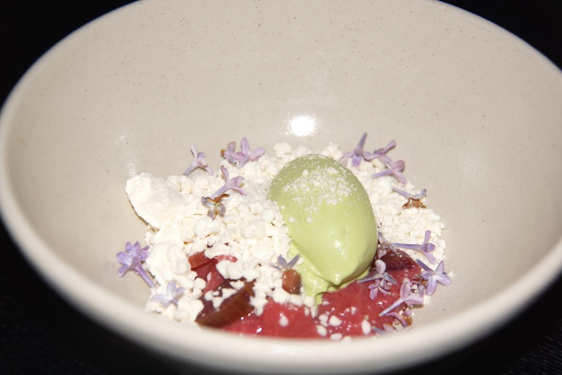 Das Desert - Rhabarber und Blüten samt Eis - Einfach köstlich saisonal