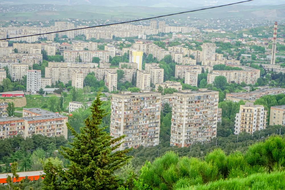The Chronicle of Georgia - Sicht auf die Vororte von Tiflis