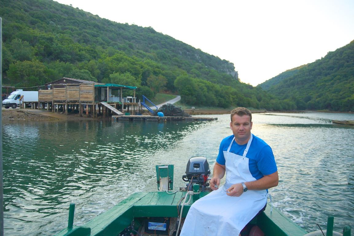 Emil und seine Austernhütte im Hintergrund - Auf auf zur Zucht