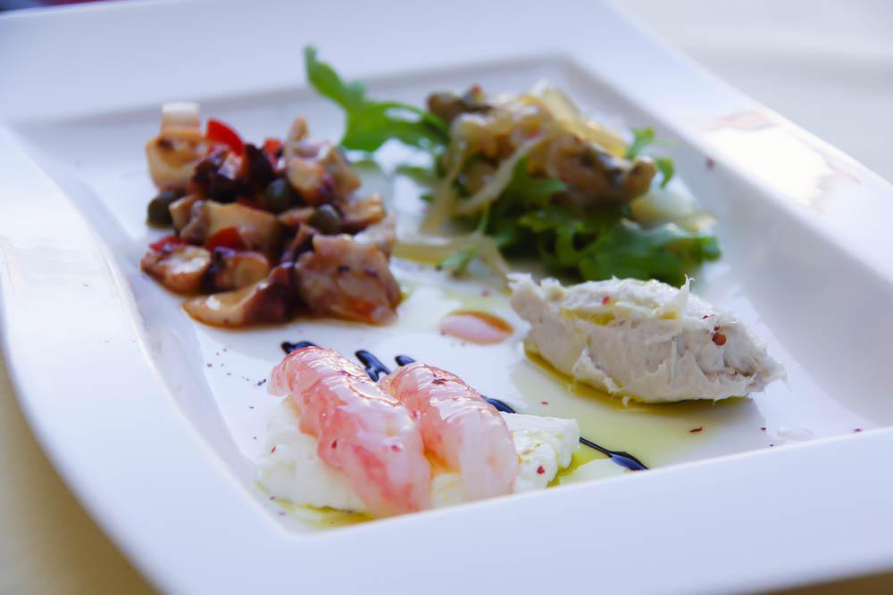 Kukuriku Restaurant in Kastav - Vorspeisenplatte mit rohen garnelen, Stockfisch-Püree, eingelegtem Hering, Meeresfrüchte-Salat