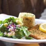 Lachs aus der Pfanne mit Reis und Salat