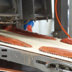 Maschinell werden die Filets begradigt