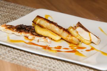 Foie gras auf Toast mit flambierten Äpfeln