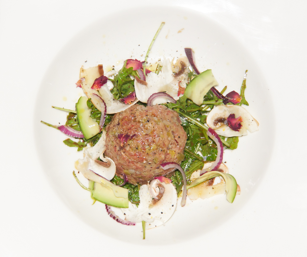 Steak »Tatar« mit Kapern, Avocado und roten Zwiebeln 1