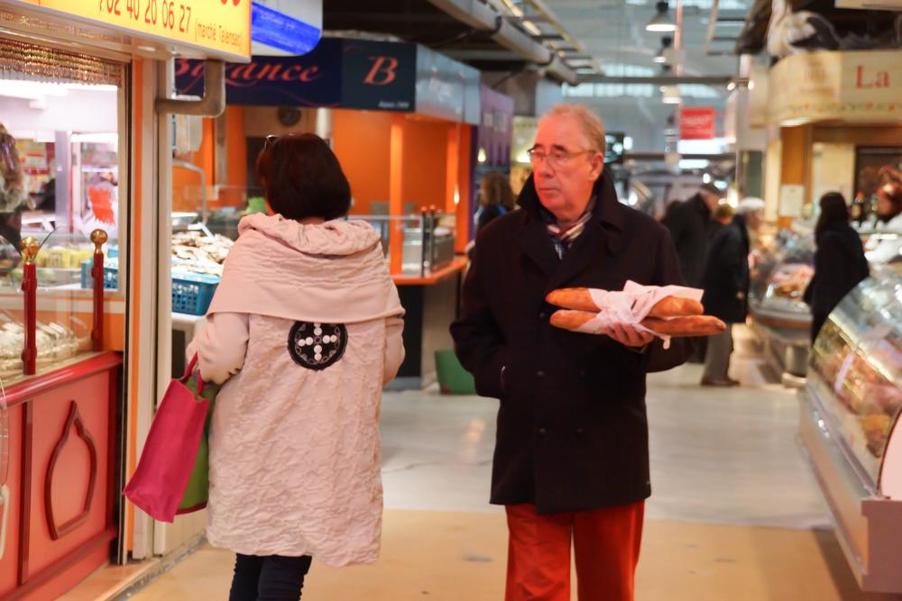 Marché de Talensac in Nantes - So stellt man sich den typischen Franzosen vor - immer mit Baguette unterwegs