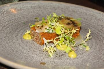 Cail Bruich Restaurant - Knuspriger Schweinskopf, Apfel Pickles und Zwiebel