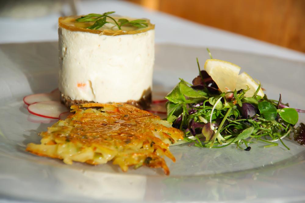 Forellentürmchen, Salat und Rösti