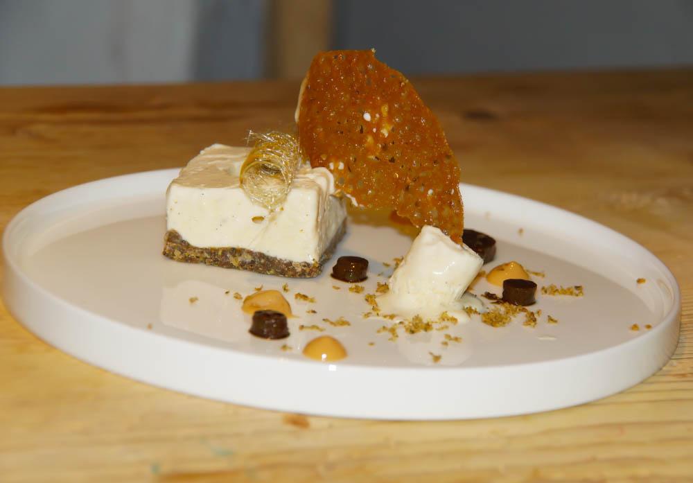 Halbgefrorenes von der Bourbon Vanille mit Kürbiskrokant und Karamell