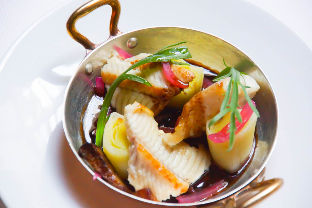Le Chapon Fin Restaurant - Aal mit Lauch und Rotweinsoße