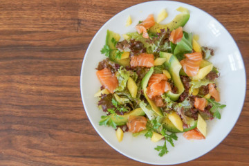 Mango Avocado Salat mit Lachs