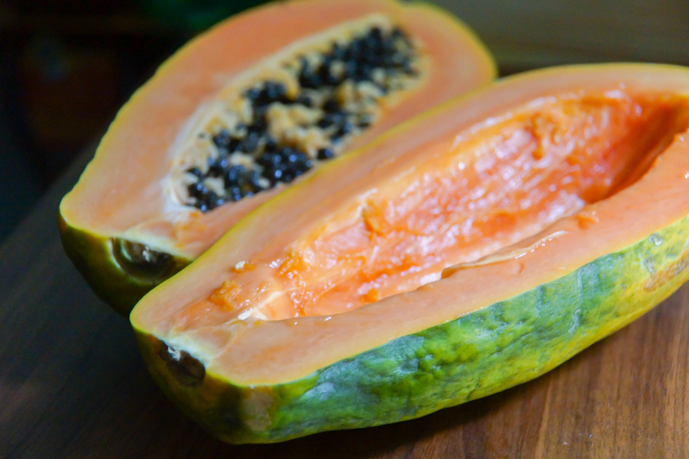 Papaya zubereiten - Die Kerne im Inneren entfernen