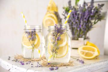 Detoxwasser mit Lavendel und Zitrone