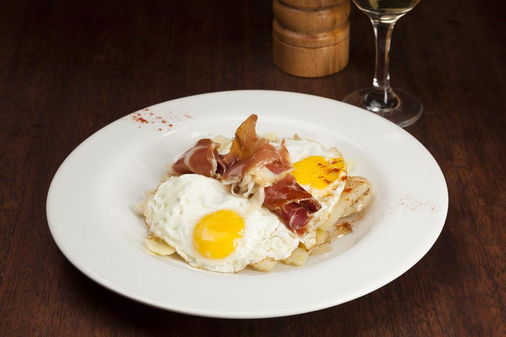 Huevos Rotos mit Serrano Schinken