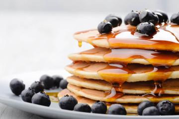 Pancakes mit Ahornsirup und Blaubeeren