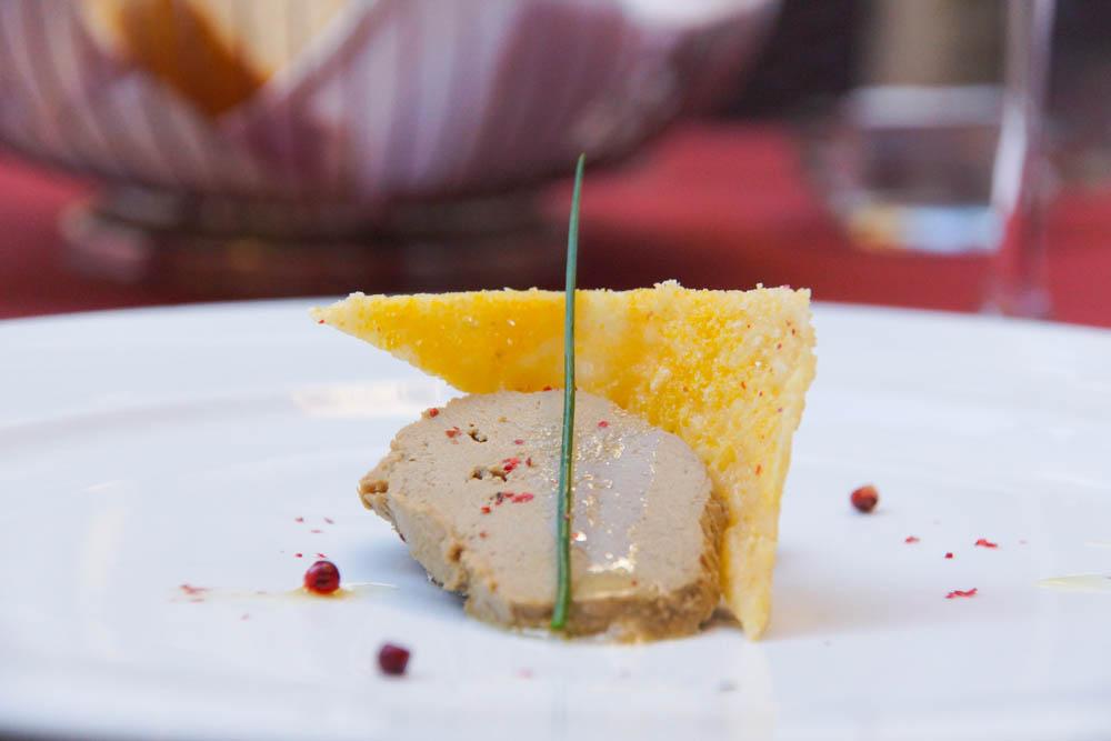 Entenleberwurst mit Olivenöl und rosa Pfeffer