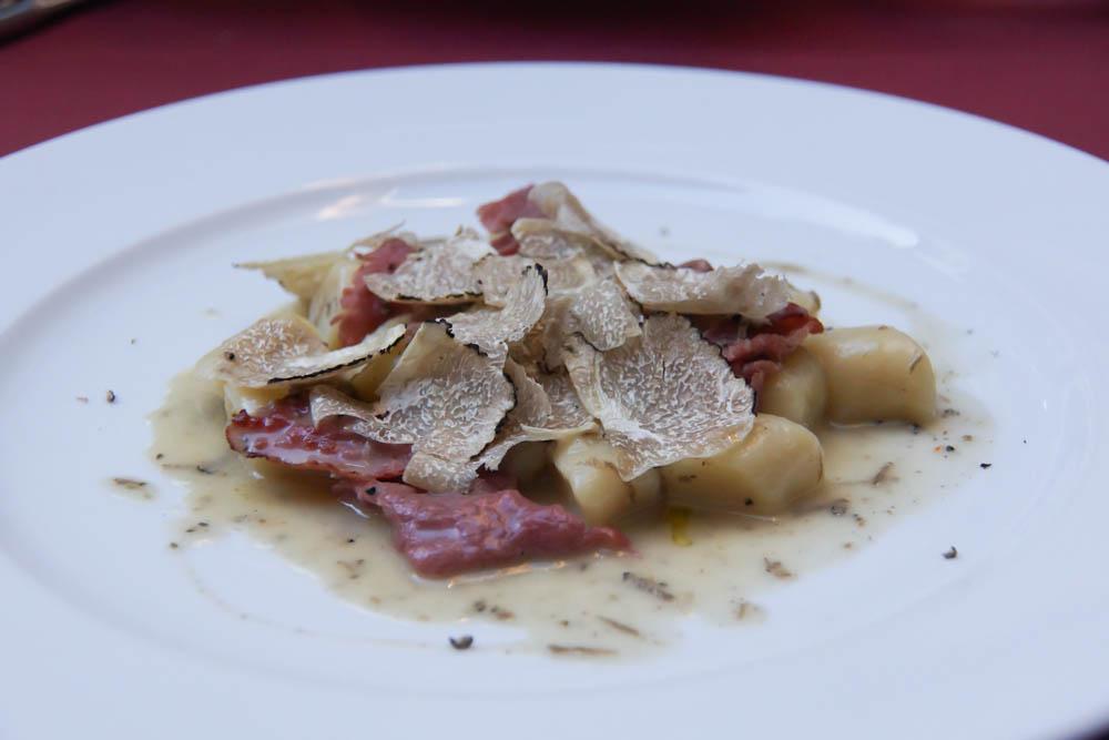Gnocci mit Rindercarpaccio, Trüffeln und Trüffelsoße