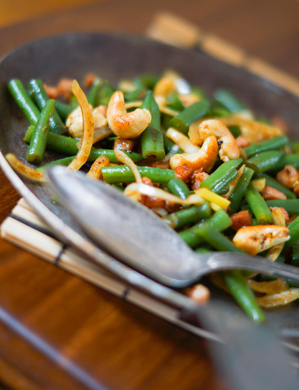 Bohnensalat mit Curry-Cashews und Speck hochkant