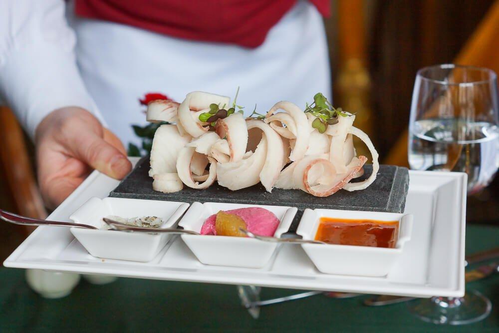 Café Pushkin, Moskau - Muksun Fisch auf gefrorener Platte mit Dips