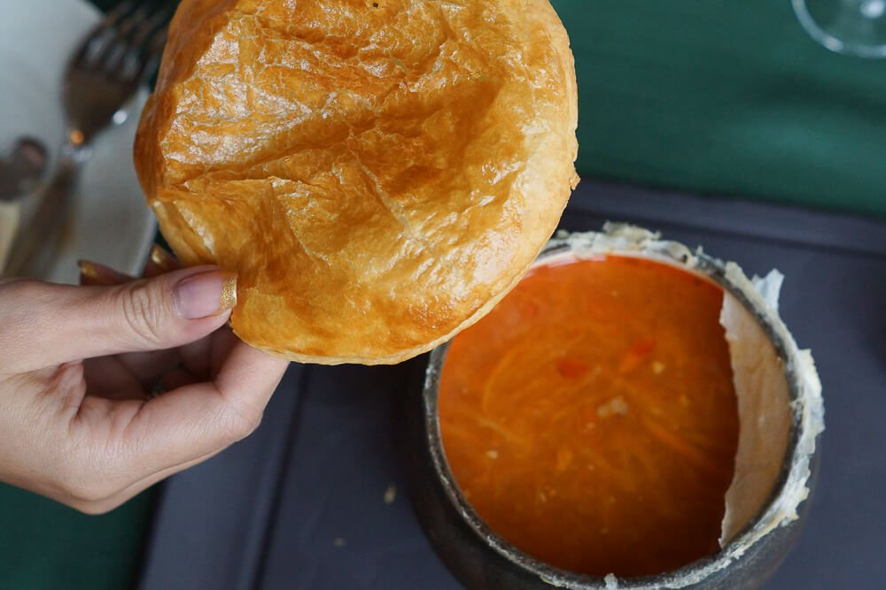 Café Pushkin, Moskau - Schi Suppe mit Brotkappe