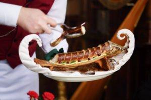 Café Pushkin, Moskau - Sterlet serviert vom Kellner