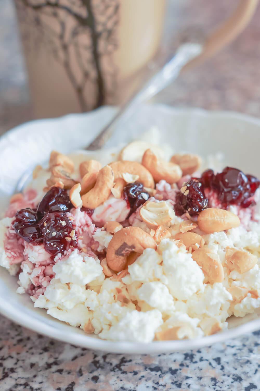 Hüttenkäse mit Cashew-Nüssen und Kirschmarmelade zum Frühstück