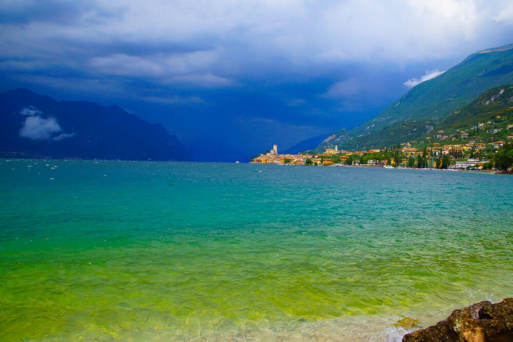 Der Gardasee in prächtigen Farben