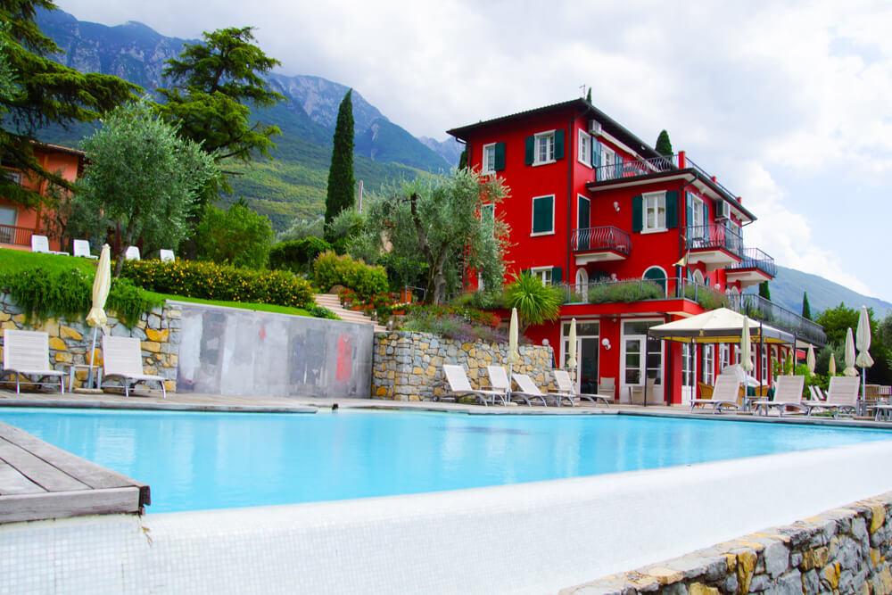 Hotel Bellevue San Lorenzo - Pool vom Park aus