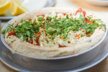 Hummus mit Petersilie und Paprika