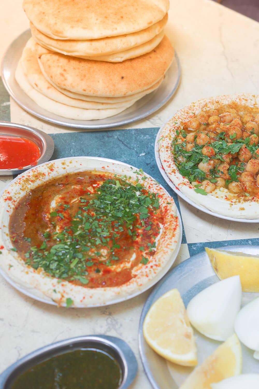 Hummus mit Petersilie und Paprika samt Pitabrot