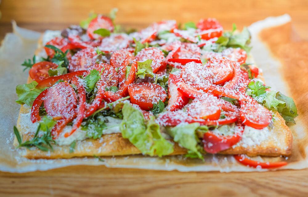 Lauwarme Gemüse-Pizza mit Ziegenfrischkäse und Koriander